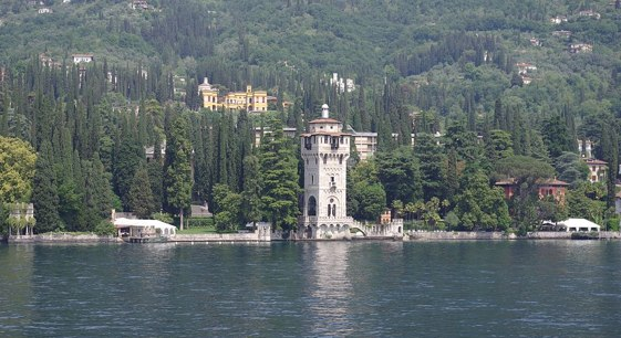 Lago_di_Garda_Gardone_Riviera_foto-de-Janericloebe_561px-