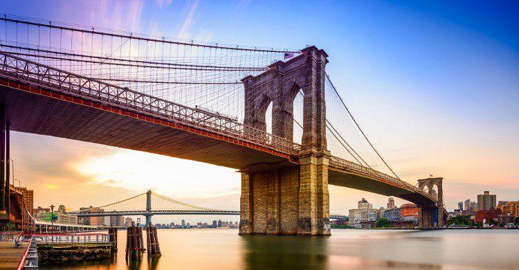 Le pont de Brooklyn, (Brooklyn Bridge) est l'un des plus anciens ponts suspendus des États-Unis. Il traverse l'East River pour relier Manhattan à Brooklyn.