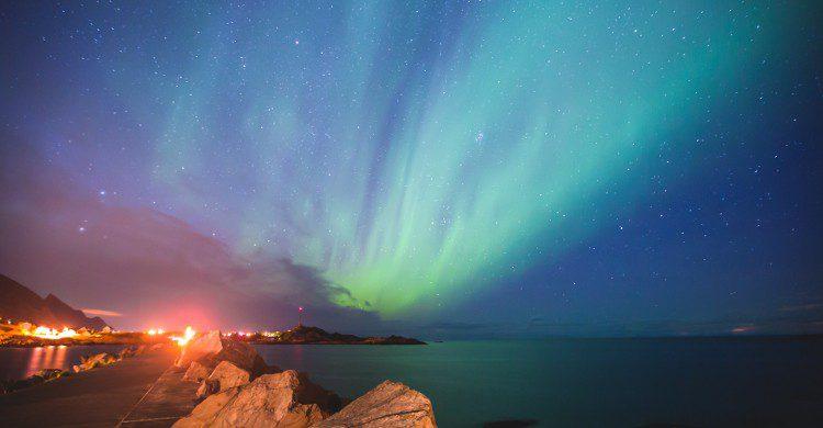 Une aurore polaire (ou aurore boréale) est un phénomène lumineux caractérisé par des voiles extrêmement colorés dans le ciel nocturne, le vert étant prédominant.