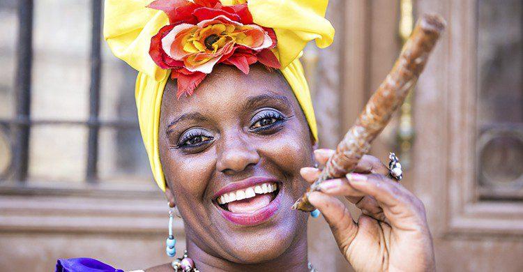 Cubaine avec un cigare dans la bouche (Istock)