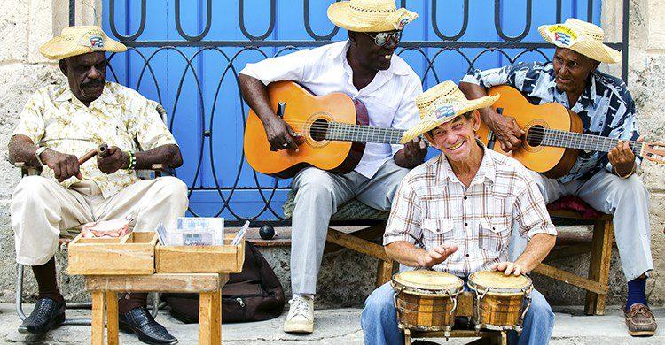 Groupe de saltimbanques dans les rues de Cuba (Istock)
