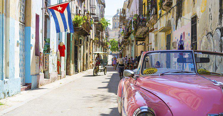 Vue sur une rue de Cuba avec ancienne voiture en premier plan (Unsplash-AlexanderKunze)