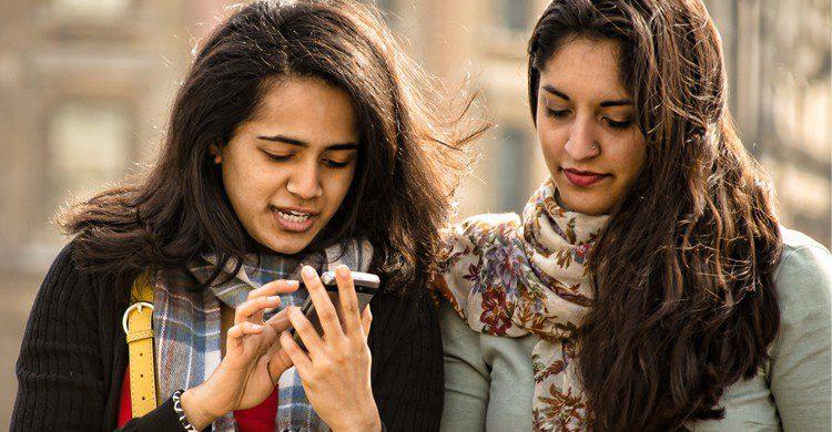 Jeunes avec smartphone (Flickr)