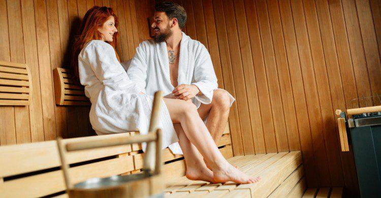 Sauna traditionnel avec une chaleur sèche, pouvant varier de 70 °C à 100 °C