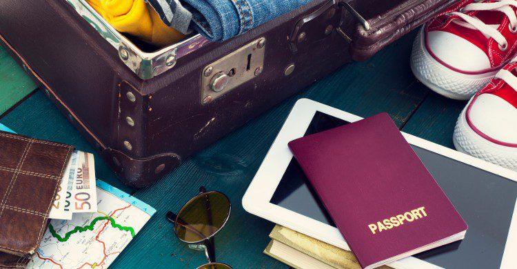 Bazar autour d'une valise (Istock)