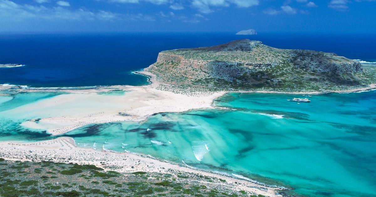 Balos Balos est une plage encore peu connue de la Crète mais pourtant tellement sauvage et belle. Mais s'y rendre se mérite ! Une route assez longue doit être empruntée avant de passer par un chemin accidenté mais la récompense est au bout de la route ! Le lagon de la plage de Balos semble encore complètement coupé du monde.