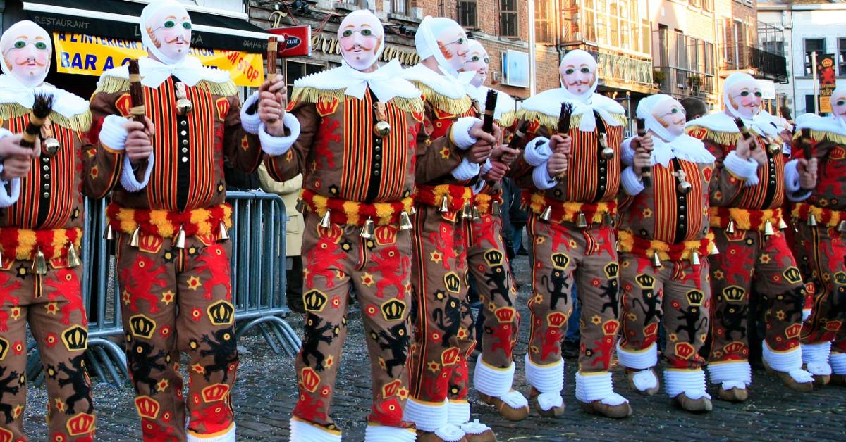 """Binche Le carnaval de Binche en Belgique est inscrit au patrimoine mondial de l'Unesco depuis 2003. Défilés des fameux """"Gilles"""" au masque de cire, bals, banquets et feux d'artifices sont au programme pour ce carnaval qui est réputé pour son respect des traditions. Il se déroulera les 26, 27 et 28 février."""