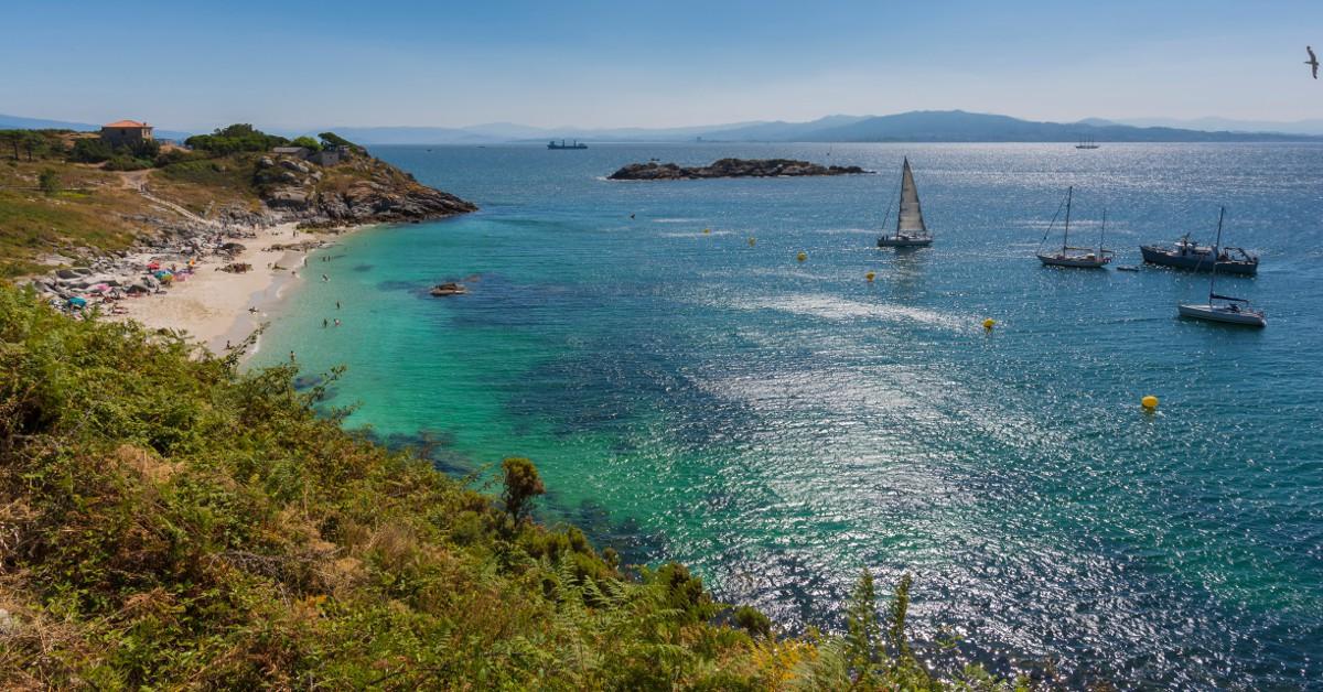Les îles Cies En Espagne, dans la région qu'est la Galice plus exactement, les plages des îles Cies sont à couper le souffle. Sur cet archipel situé dans le nord-ouest du pays, les plages sont d'une pureté à peine croyable avec leur sable à la blancheur éclatante, l'eau d'un bleu profond et le vert dense de la forêt en arrière-plan. Bonus, les plongées y sont fantastiques car les fonds marins sont protégés.