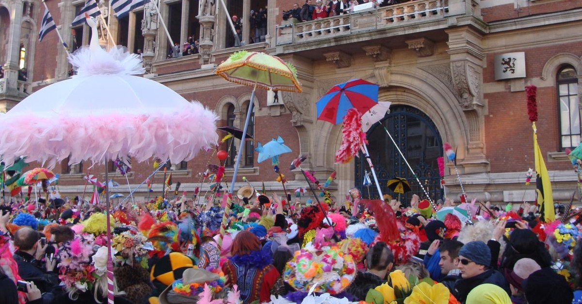 Dunkerque Ceux ayant déjà eu la chance (ou la folie !) de participer au carnaval de Dunkerque savent à quel point il est une véritable institution. Toute la ville et les alentours sont en pleine ébullition lors de cet évènement qui est tout simplement une référence ! La foule amassée devant l'hôtel de ville s'en donne à cœur joie pour le lâcher de hareng traditionnel. Les bandes et les bals rythment les jours et les nuits de ce carnaval mythique. Le carnaval de Dunkerque dure plusieurs semaines, mais le gros de la fête se tiendra entre le 26 et le 28 février cette année. ©_TuVeuxMaPhoto_ Flickr