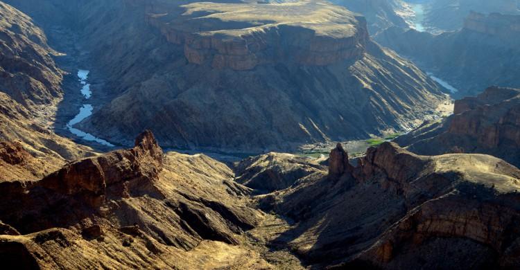 Fish River Canyon Ultra en Namibie Vous êtes ici dans le désert Sud de la Namibie, et vous suivez l'un des plus grands canyons du monde. Longue de 97km, vous suivez la rivière et n'avez donc pas de montées pour vous couper le souffle. La difficulté de ce parcours résulte dans la grande diversité du terrain : vous oscillez entre roche et sable. En dehors des incroyables paysages namibiens (et des nuits étoilées comme jamais du désert), vous aurez le bonheur de finir votre course aux sources chaudes d'Ai-Ais. La course est organisée à la mi-juin, et si vous ne sentez pas les 97km, une variante de 65km est disponible à l'inscription !
