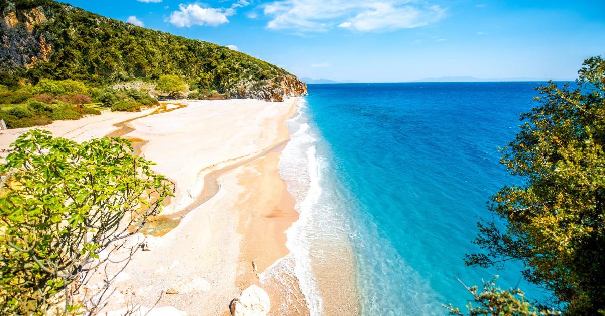 Ksamil Partez sur les bords de la mer Adriatique en Albanie et profitez de moments inoubliables sur la plage de Ksamil. Eau limpide, plage d'une blancheur immaculée, météo très clémente et fréquentation limitée au minimum sont au menu de cette plage (encore) peu connue. Et pourtant, elle n'en demeure pas moins magnifique. Le village de Ksamil vaut par ailleurs vraiment la balade, alors qu'attendez-vous ?