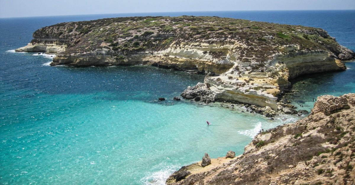 La plage des Lapins Direction la Sicile à présent pour découvrir une plage connue des initiés : la plage des Lapins. Située sur l'île de Lampedusa, la plage a des airs de bout du monde avec son eau turquoise, chaude et translucide, son rivage intact et son sable si fin. Une plage courue en pleine saison mais qui vaut encore et toujours le détour tant le mot farniente y prend tout son sens.
