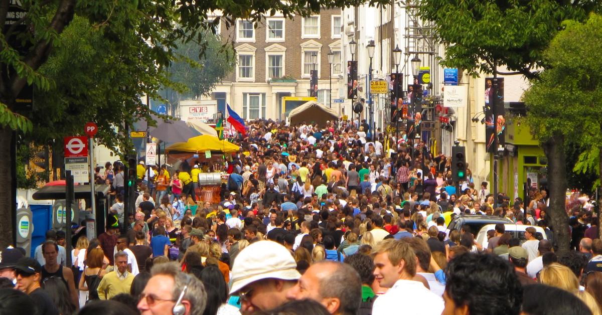 Notting Hill Le carnaval de Notting Hill a lieu quant à lui en plein été, au mois d'août en l'occurrence. Une référence mondiale également qui met à l'honneur la culture caribéenne de Londres et qui met ce quartier sens dessus dessous.