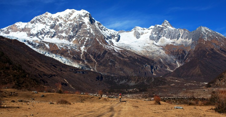 <b>Manaslu Mountain Trail Race au Népal</b><br /> Il s'agit d'un des plus grands treks de l'Himalaya : 240km, 7 étapes effectuées en 10 jours ! Pourquoi autant de temps ? Parce que le sommet de Manaslu est à 8156m de hauteur, donc l'air sur place est légèrement raréfié ! Là, on fait un plongeon dans la culture bouddhiste : il n'est pas rare de croiser des moines lors de votre périple, on longe des glaciers gigantesques et on loge dans des temples anciens et donc tout à fait typiques. Pour participer à ce voyage ayant lieu en novembre, il n'y a pas réellement de sélection. L'organisation vous demande seulement d'être aussi prêt que pour courir un marathon.</b>