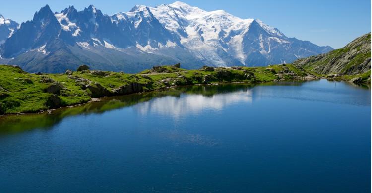 L'Ultra-Trail du Mont-Blanc « Cocorico » ! L'un des plus difficiles, mais aussi des plus beaux parcours au monde se trouve en France. Seulement la moitié des participants arrivent à parcourir entièrement ces 168km de sentier autour du Mont-Blanc. Il faut affronter 9500m de dénivelé positif, afin de parcourir 3 pays en une course : la France, la Suisse et l'Italie. 8000 coureurs se retrouvent à la fin de l'été pour effectuer l'une des 5 courses proposées. Ces parcours alpins sont si réputés qu'en dehors de devoir se qualifier pour y accéder, un tirage au sort des participants est effectué au préalable. Bon courage !