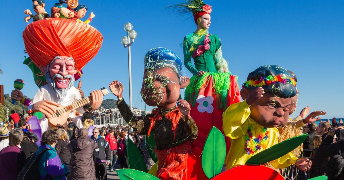 """Nice C'est sur la Promenade des Anglais que le célèbre carnaval de Nice se tient chaque année. Un évènement qui remonte au moyen-âge et dont le point d'ogre et la fameuse """"Bataille des fleurs"""" et l'Incinération du Roi. Il a lieu cette année entre le 6 et le 26 février."""