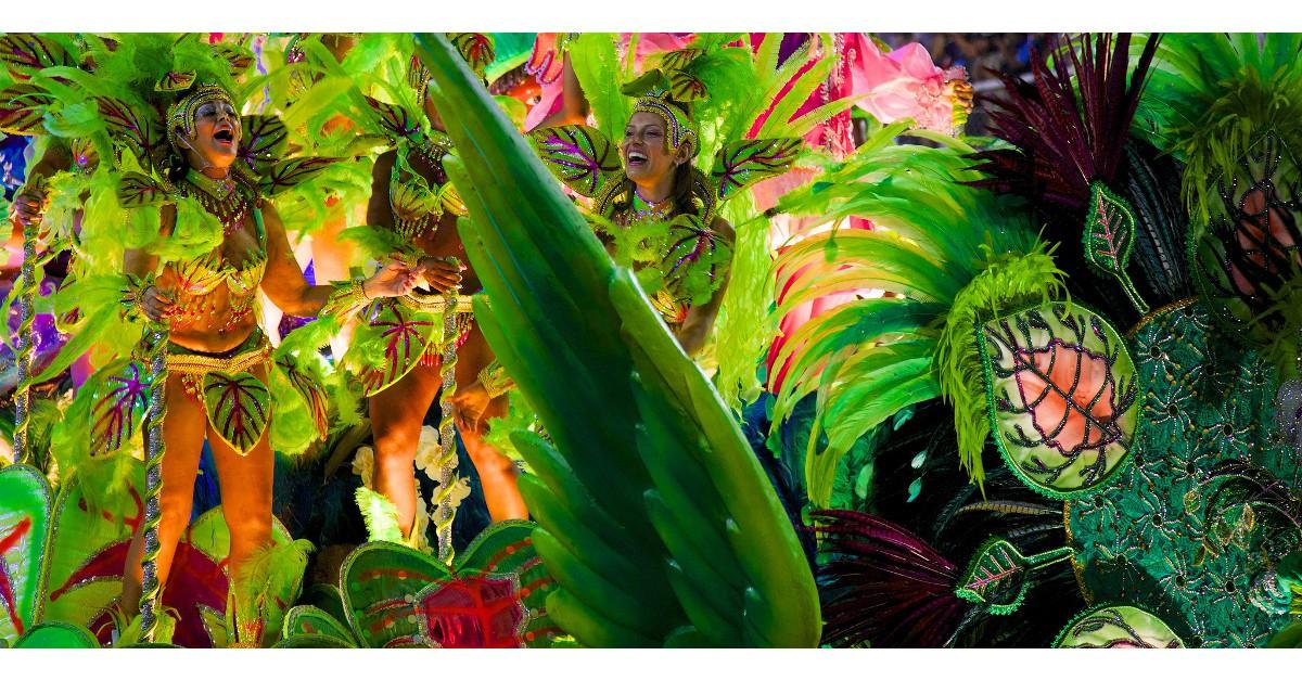 Rio de Janeiro   Le carnaval de Rio est certainement le plus connu et le plus médiatique du monde. C'est aussi le plus fou et le plus coloré avec ses défilés d'écoles de samba, les percussionnistes et autres costumes à plumes haut en couleurs. Comme chaque année, il aura lieu le 28 février.© Nicolas de Camaret - Flikr