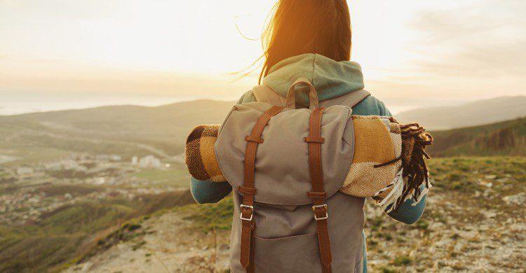 Femme avec un sac de randonnée sur une montagne (Istock)