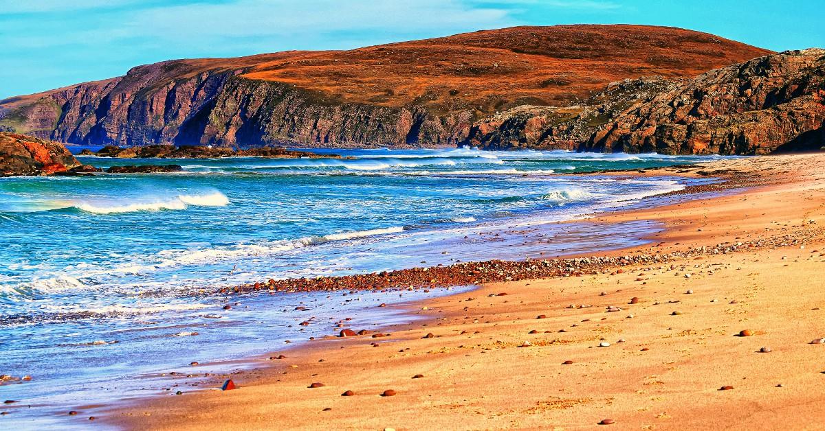 Sandwood Bay   Et oui, en Ecosse aussi on peut se vanter de compter l'une des plus belles plages d'Europe. Celle de Sandwood Bay est à vrai dire spectaculaire avec ses dunes à perte de vue. D'autant qu'il vous faudra marcher un bon 5km pour y accéder. Un décor de bout du monde en quelque sorte.