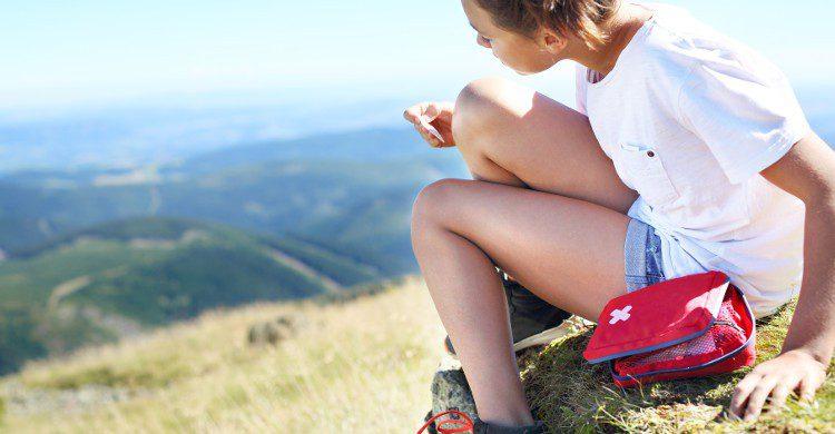 Jeune femme blessée sur une montagne (Istock)
