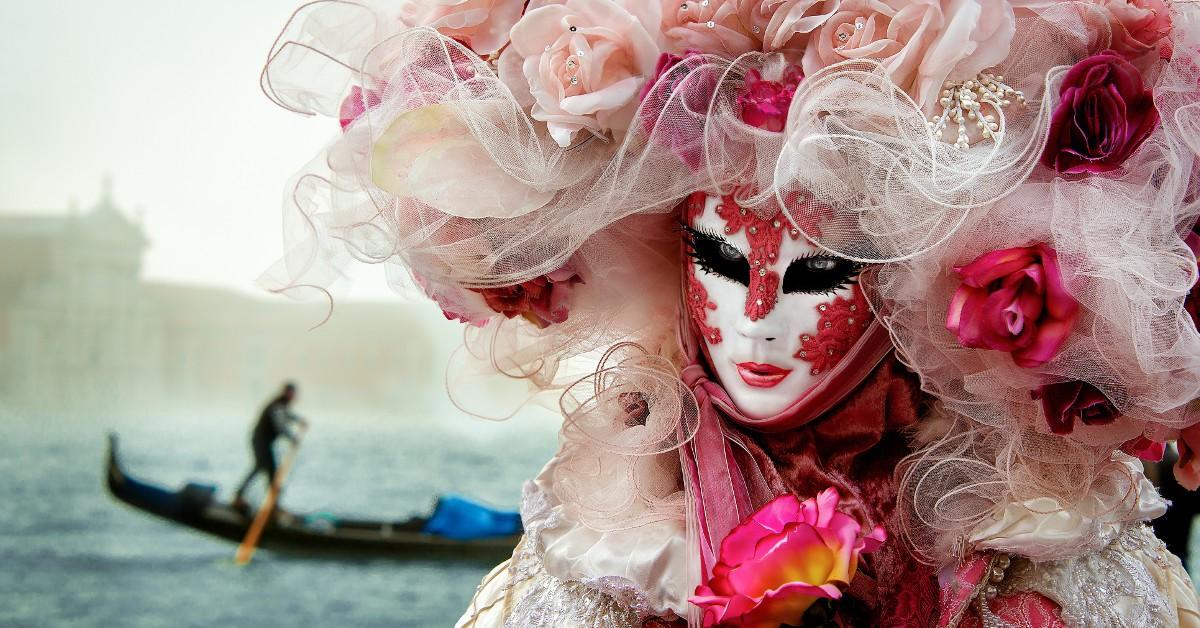Venise Le carnaval de Venise est issu d'une tradition séculaire puisqu'il remonte à la Renaissance. Cet esprit est encore bien palpable aujourd'hui dans les costumes et masques aussi élégants qu'exubérants que portent les carnavaleux venus parfois du monde entier. Rendez-vous entre le 18 et le 28 février.