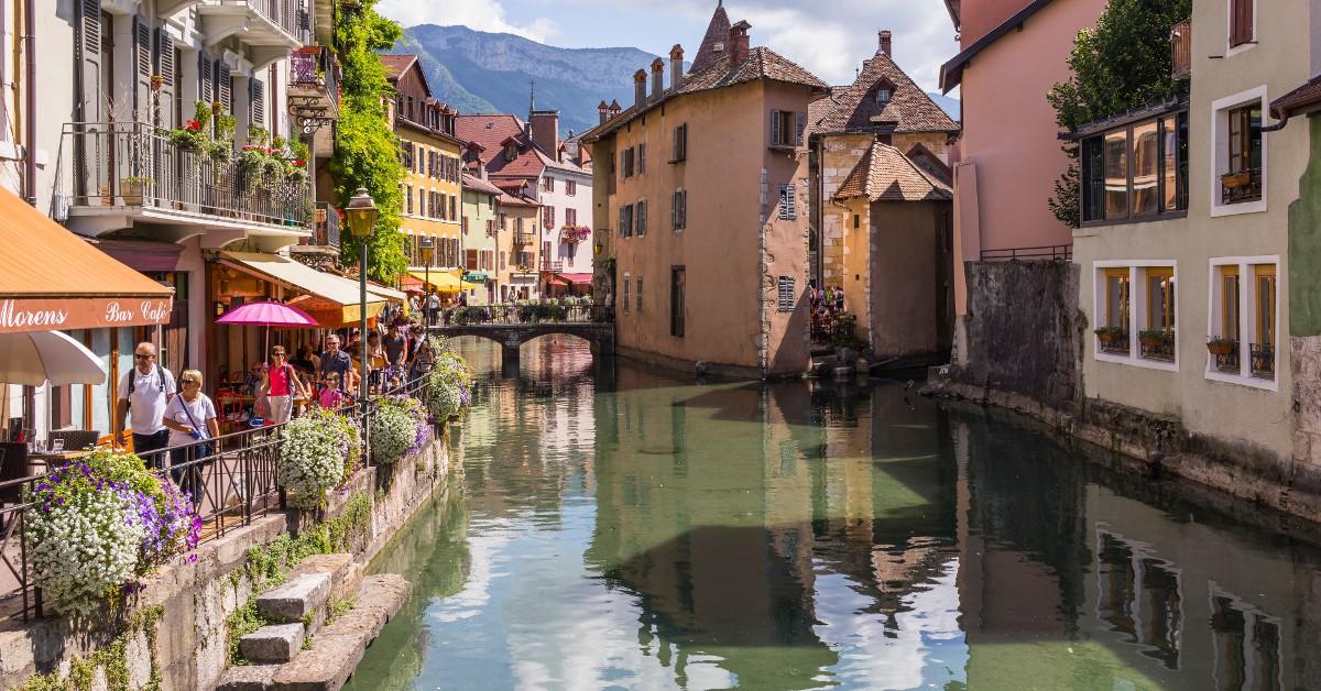 """Annecy La """"Venise des Alpes"""" n'a pas volé son surnom tant Annecy est d'un charme indéniable. Une ville propice pour se retrouver car l'endroit respire le calme et la sérénité. Le lac est bien entendu un incontournable et le cœur médiéval de la vieille ville sera l'occasion d'une flânerie bien agréable."""
