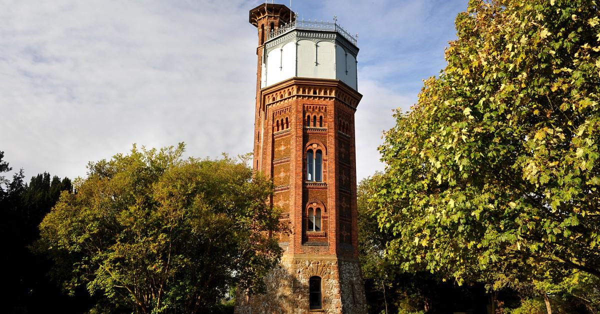Dans un château d'eau en Angleterre Dans le nord-est de l'Angleterre, à Norfolk, l'Appleton Water Tower est un sublime château d'eau à l'architecture victorienne typique, qui a été transformé en hébergement. Le rez-de-chaussée est désormais la cuisine et la salle à manger, les 1er et 2ème étages sont occupés par des chambres, une salle de bain se trouve au 3ème étage et une terrasse est installée sur le toit de ce bâtiment remarquable. La vue sur la campagne alentour est tout simplement sublime.