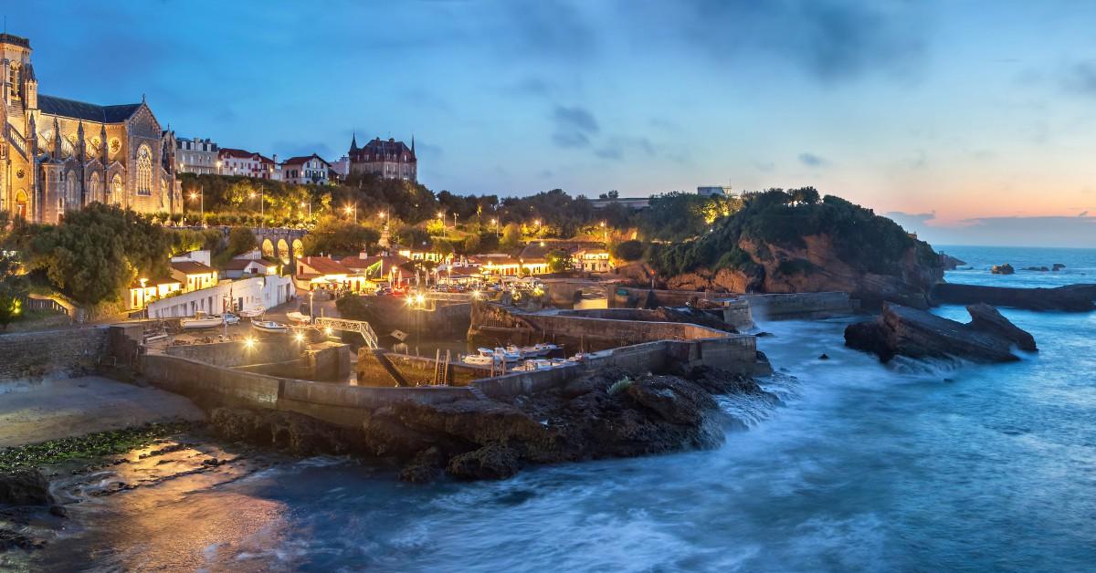 Biarritz Prenez le large et mettez le cap sur Biarritz ! La cité basque est le lieu idéal pour conjuguer repos les pieds dans l'eau, bouquets d'embruns et ambiance festive. La culture basque est d'une richesse infinie et la beauté des paysages impose le respect. Vous pourrez en profiter d'ailleurs pour partir à la découverte du Pays-Basque en vous rendant notamment à St-Jean-de-Luz, Bayonne, Hendaye ou plutôt dans les terres vers Espelette et Saint-Jean-Pied-de-Port.