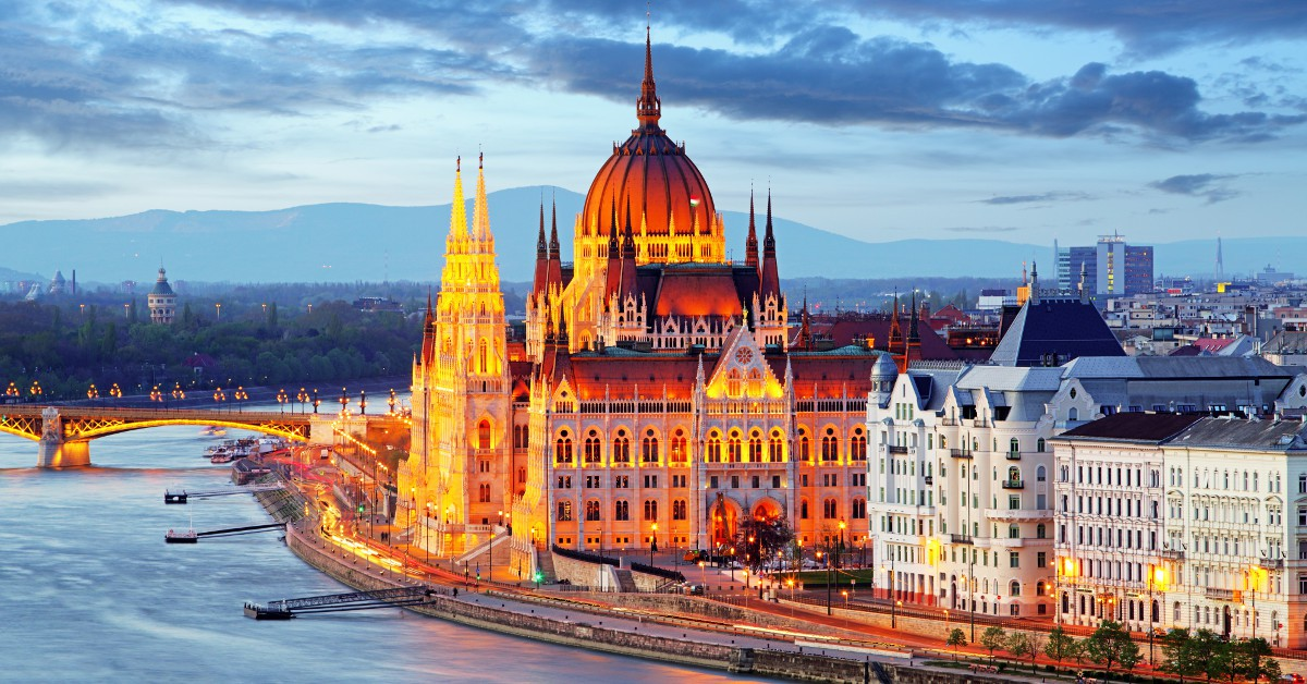 Budapest Partez à la découverte de Budapest en Hongrie pour concilier dépaysement culturel et budget mini. Dans cette magnifique ville qui a fière allure, vous pourrez manger pour environ 3€ par repas, boire une pinte pour 1,50€ et passer une nuit en auberge de jeunesse pour une dizaine d'euros seulement. L'occasion de découvrir l'une des plus belles capitales européennes dans laquelle passe le mythique Danube.