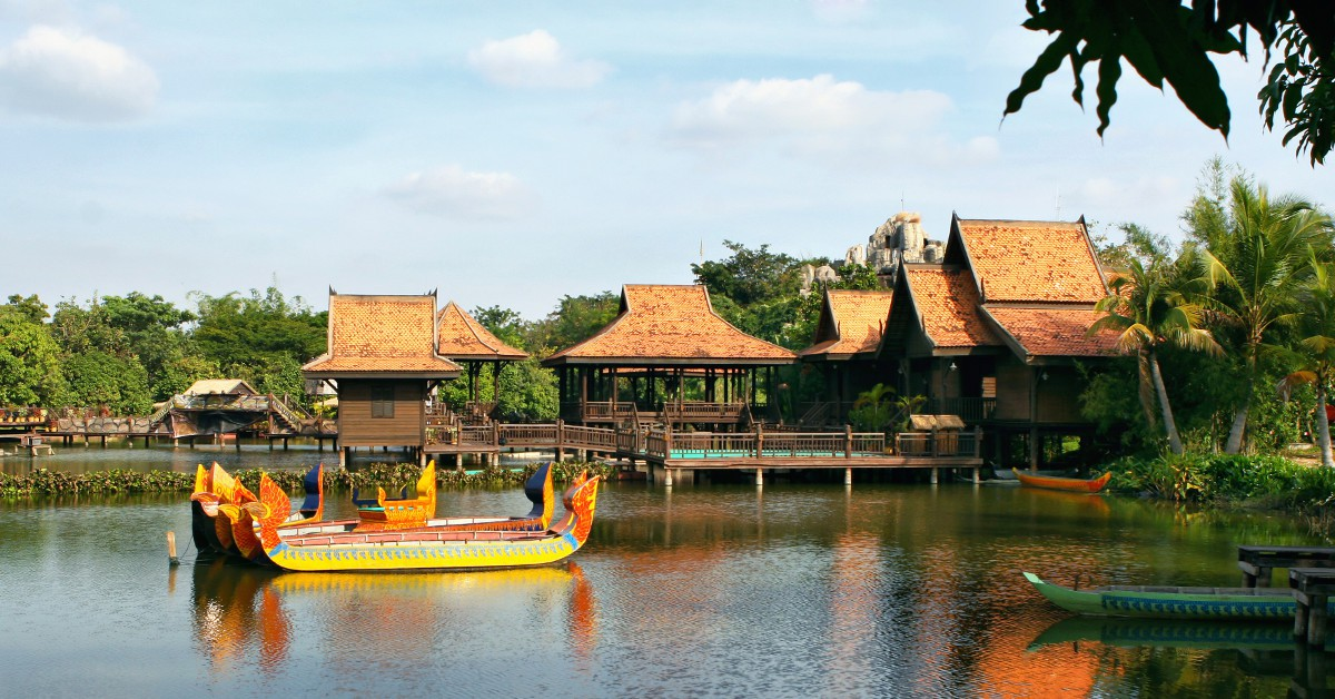 Le Cambodge Dépaysement total garanti avec le Cambodge ! Ceux qui sont allés au moins une fois en Asie du Sud-est savent à quel point on en revient changé. Le Cambodge vous promet de sublimes moments passés à visiter les fameux temples d'Angkor et bien sûr à vous dorer la pilule sur l'une des plages de ce splendide pays où l'accueil des locaux est toujours à la hauteur de nos attentes. En prime, la vie y est particulièrement bon marché : vous y mangerez pour moins de 3€ dans un resto local, y boirez une bière pour 1€ max' et pourrez dormir dans un hôtel à partir d'une trentaine d'euros par nuit.