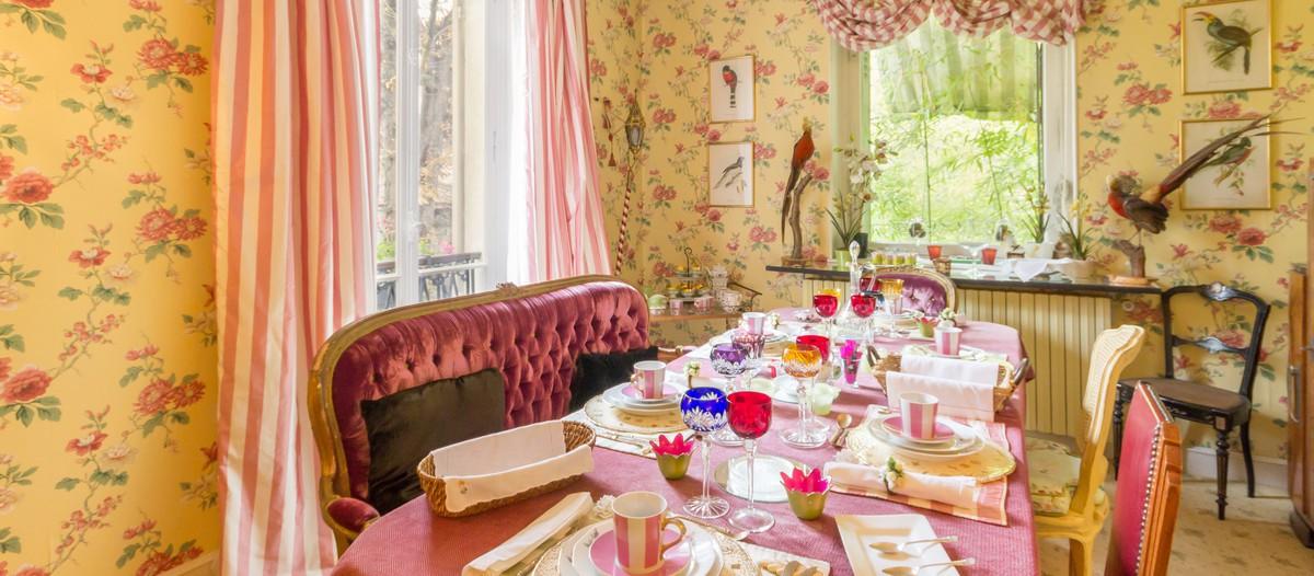Villa Carioca La Villa Carioca est une propriété du 19ième siècle située en Île-de-France, à Maisons-Laffitte. Tout l'intérieur de cette bâtisse bourgeoise est décoré dans le style Napoléon III, avec une touche bien agréable de luxe et de raffinement. Une vie de château vous y attend dans une des trois belles et grandes chambres du lieu. Site web : www.villacarioca.fr