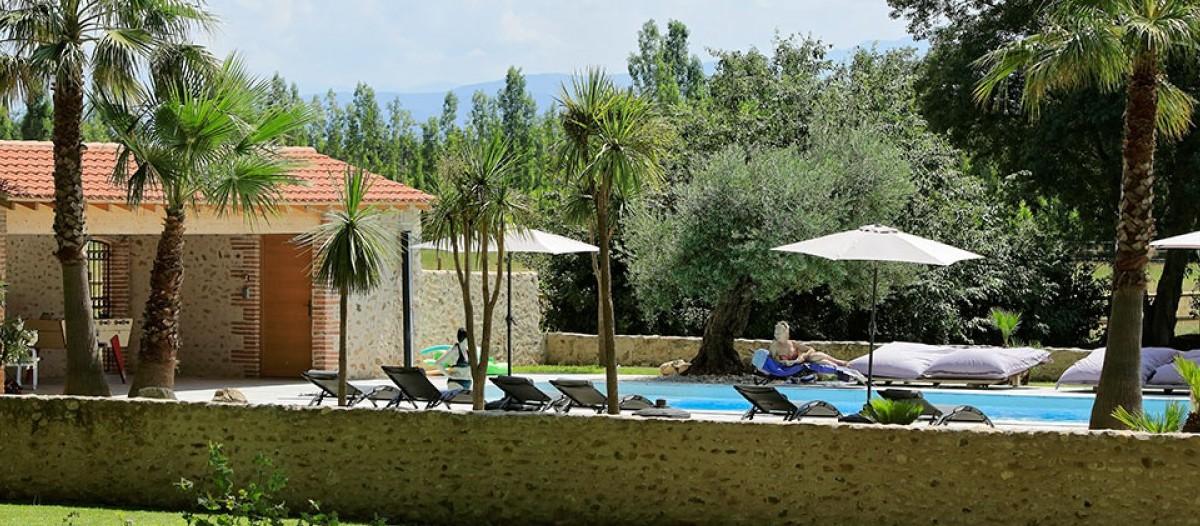 Castell de Blés Direction le sud et la région de Collioure pour découvrir cette splendide bâtisse de charme. 5 belles chambres et une suite sont disponibles à la location, pour des prestations de haut niveau. Piscine chauffée avec jacuzzi, plus de 2 hectares de parc et une terrasse offrant une vue panoramique sur les Pyrénées. En prime, la Méditerranée n'est qu'à 10 mn ! Site web : www.castelldebles.fr