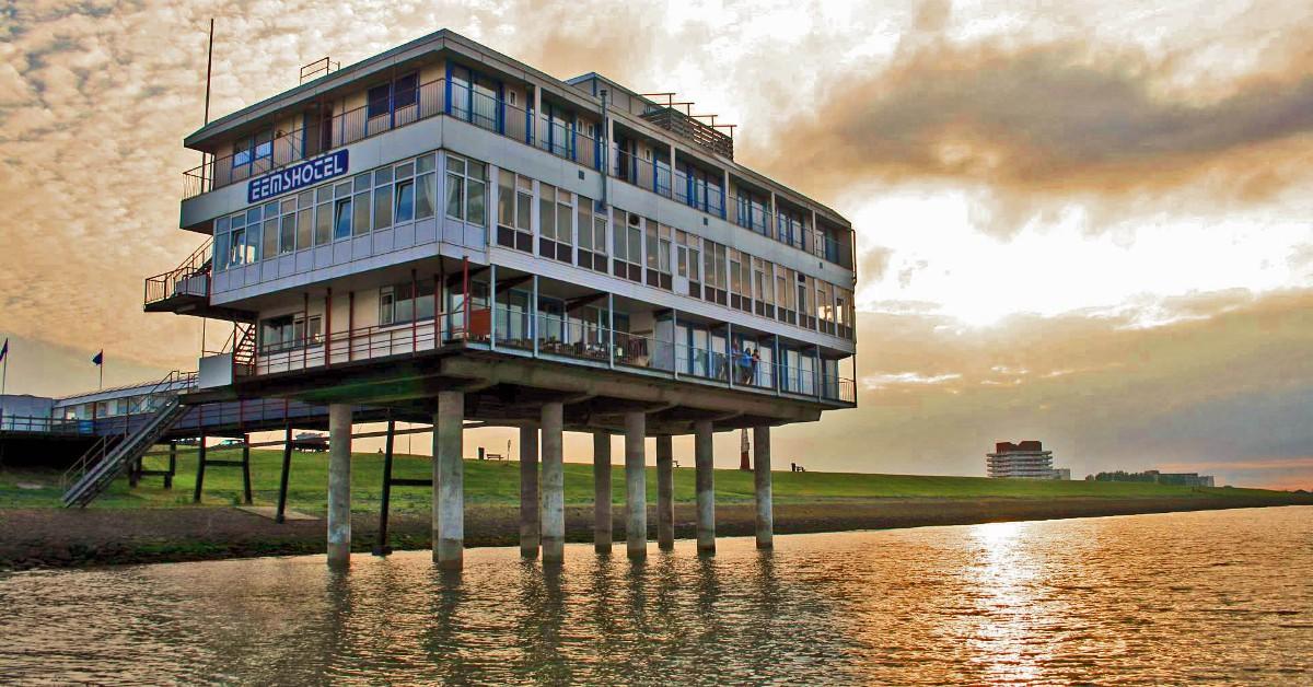 Au-dessus de l'eau aux Pays-Bas Le Eems Hotel au Pays-Bas est installé sur une jetée au-dessus de l l, retenu simplement par quelques pilotis. Le bruit des vagues et les embruns ajoutent une bonne dose de poésie à ce lieu au charme désuet mais bien palpable car l'établissement a été construit dans les années 60.