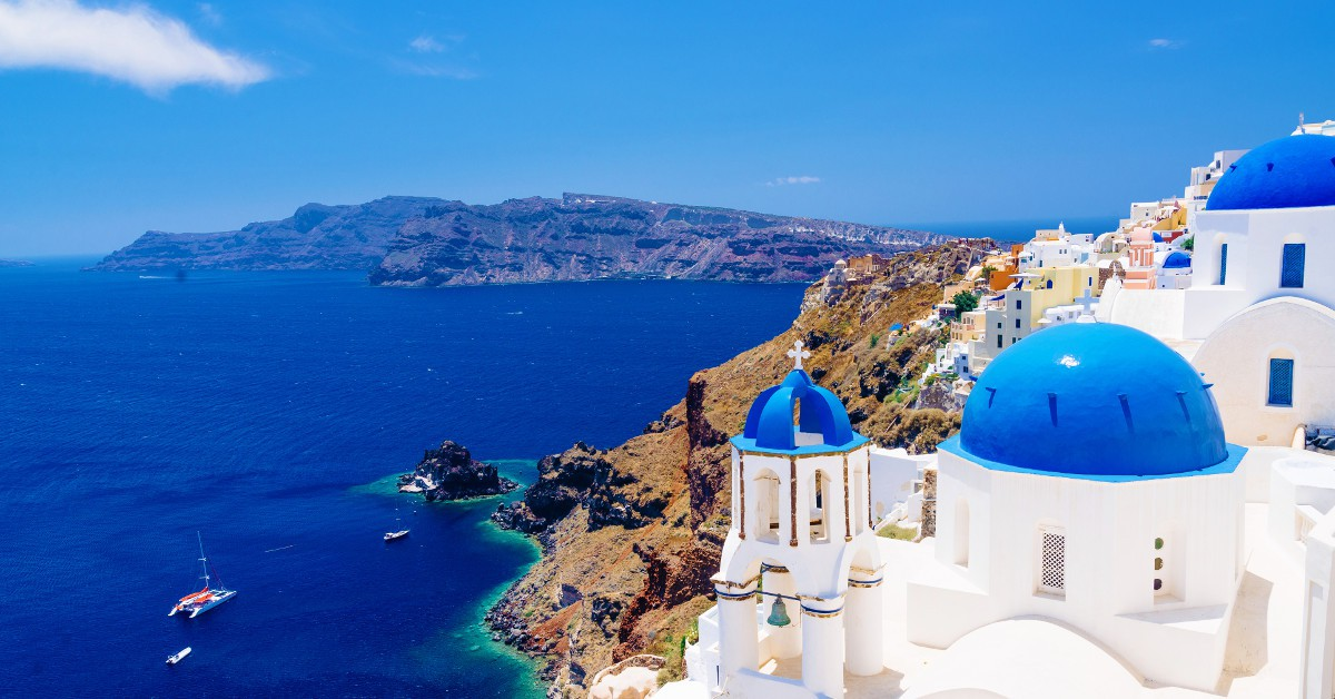 La Grèce Changement de cap pour une destination des plus ensoleillées : la Grèce. Si les îles les plus courues comme Santorin dans les Cyclades sont devenues assez chères, d'autres plus calmes restent plus qu'abordables. C'est le cas notamment de Paros et de Skiathos où vous pourrez manger pour 10€ dans des spots bon marché et boire un coup pour 2-3€. Vous y trouverez également des chambres d'hôtel aux alentours d'une trentaine d'euros la nuit. Et surtout, vous profiterez d'une météo plus que clémente, d'une eau de baignade chaude et d'un soleil à volonté !