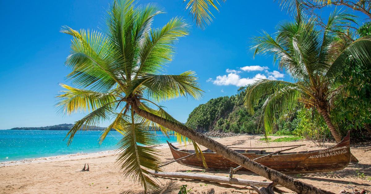 La Martinique Le mois de mars est une période idéale pour découvrir ou redécouvrir la Martinique, que cela soit côté Atlantique avec des villages comme Tartane, le François, le Vauclin ou côté Caraïbes (Trois-Îlets, St Pierre, le Diamant...) La météo y est des plus estivales car nous sommes en plein dans la période appelée carême qui s'étend de fin février à fin avril est qui est caractérisée par un régime anticyclonique. Peu voire très peu de pluie donc, surtout dans le sud du côté de St Anne et un thermomètre qui dépasse allègrement les 30°C partout sur l'île.