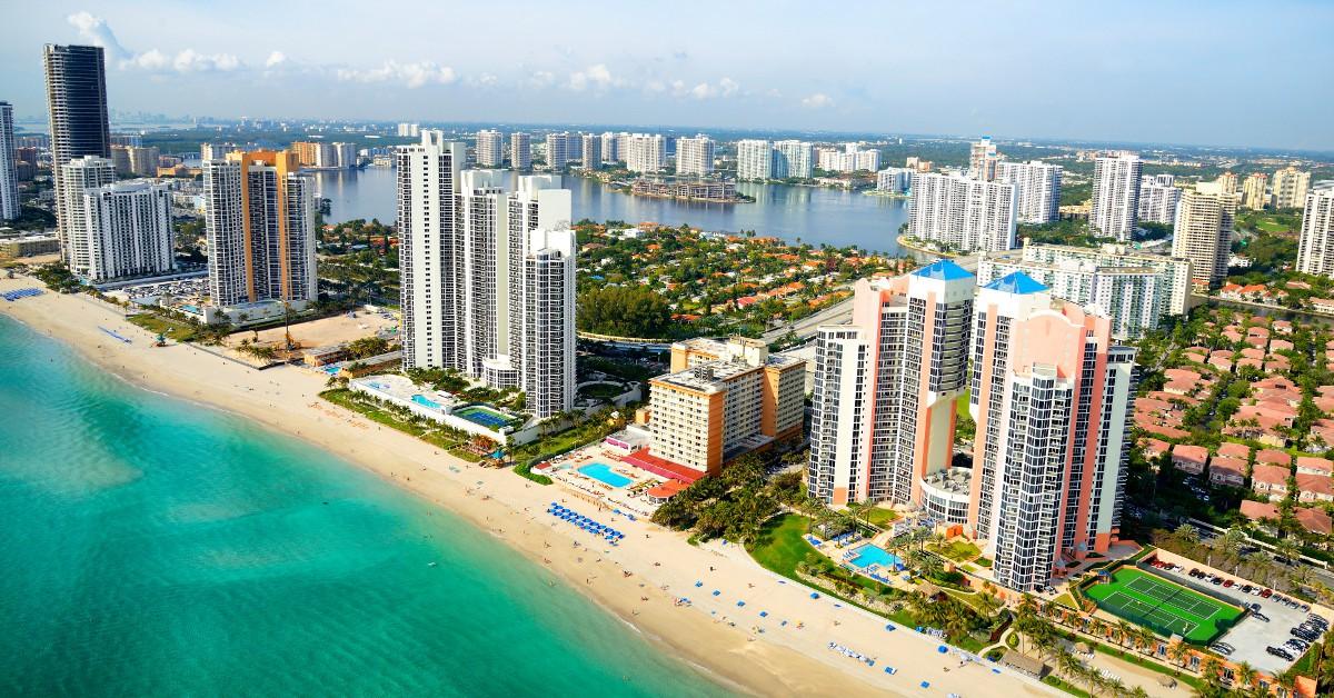 Miami Si vous cherchez à découvrir la culture US tout en profitant d'une météo très généreuse, alors Miami est fait pour vous ! Le mois de mars est une bonne période pour s'y rendre avec plus de 20 jours de soleil sur le mois en moyenne, une température extérieure plus que confortable voire même chaude et l'eau aux alentours de 25/26°C. L'occasion de découvrir l'âme vibrante de South Beach, l'ambiance singulière des Keys, le quartier de Coconut Grove et de vous immerger dans la nature des Everglades.