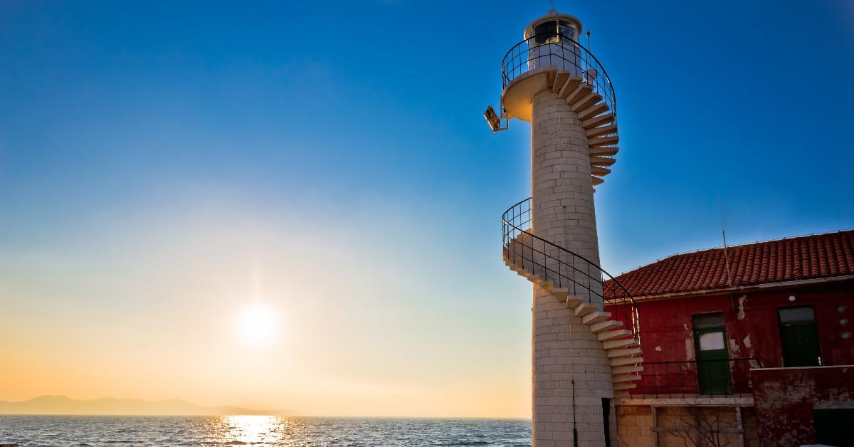 En haut d'un phare en Croatie Si vous souhaitez découvrir la Croatie en passant une ou plusieurs nuits dans un spot insolite, celui-ci est fait pour vous ! Car une dizaine des 48 phares positionnés sur la côte croate sont désormais disponibles à la location. Une famille peut ainsi y passer jusqu'à une semaine entière dans un cadre pour le coup vraiment pas comme les autres. Vous y surplomberez l'Adriatique et profiterez d'un moment de sérénité hors-pair.