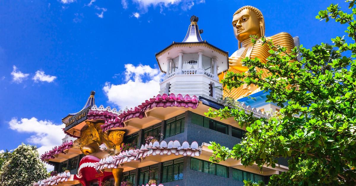 Sri Lanka Changement de latitude avec le Sri Lanka, et dépaysement garanti sur cette île où flotte un parfum de spiritualité entre bouddhisme et hindouisme. De belles découvertes vous y attendent entre les visites des temples (Temple d'Or de Damboula, Temple de la Dent..) et le somptueux parc national de Yala. Pour ceux qui préfèrent l'option farniente, les plages ne manquent pas : Unawatuna, Bentota, Negombo...Température moyenne de l'eau : 28/29°C , température extérieure : souvent plus de 30°C !