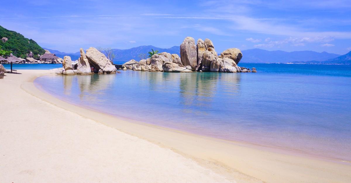 Vietnam Le Vietnam a de plus en plus la côte car la destination est un peu moins fréquentée - pour l'instant - que la Thaïlande ou le Cambodge. Pourtant, le climat y est tout aussi clément (la mer affiche un bon 28°C et la température extérieure se situe aux alentours de 30°C) et les visites culturelles à Ho Chi Minh et Hanoï entre autre ne manquent pas ! D'autant que les plages du pays sont de plus en plus réputées : Nha Trang, Mui Ne, Phu Quoc, Doc Let....