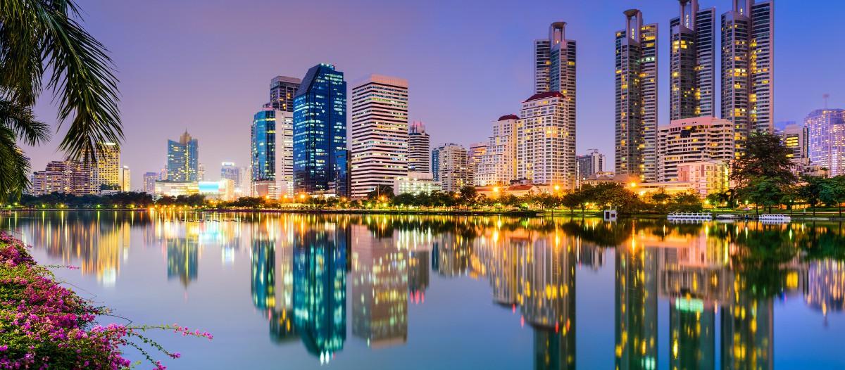 Bangkok, Thaïlande Direction la Thaïlande avec ce loft de designer implanté en plein Bangkok. Une location plutôt haut de gamme mais pour un prix très bien placé. Tout l'intérieur est moderne avec le confort nécessaire pour vivre comme un prince. Si vous aimez les ambiances épurées et soignées, cet appart' est fait pour vous !
