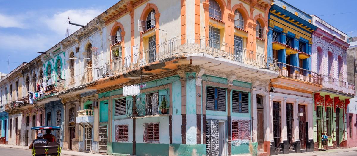 Cuba Dépêchez-vous de réserver cette location à Cuba, car la destination est des plus en plus prisée ! Une chambre privée est disponible dans cette villa plutôt luxueuse à l'architecture et à la décoration coloniales caractéristiques de la Havane. Un spot au top pour partir à la découverte de la ville.