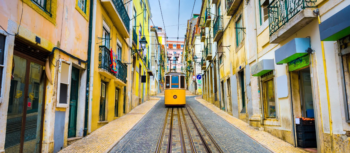 """Lisbonne, Portugal Décrit par d'anciens clients comme étant """"fantastique"""", cet appartement en plein cœur de Lisbonne et du quartier authentique d'Alfama est une perle. Il offre une vue imprenable sur les alentours et sur le Tage. La terrasse est l'endroit idéal pour siroter un bon verre de vin en fin de journée."""