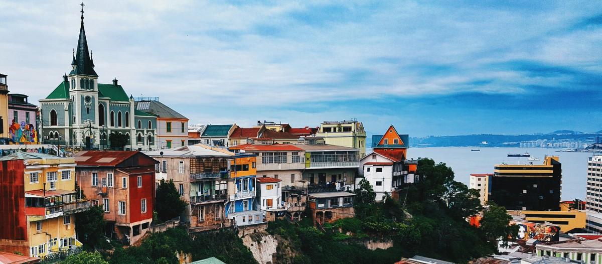 Valparaiso, Chili Une maison en forme de bateau sur la plage au Chili, pas mal comme trip non ? Cette construction tout en bois s'intègre à merveille dans l'environnement et la vue sur la mer depuis la terrasse est à couper le souffle ! Une immense villa au confort 5 étoiles pour un immense kiff !