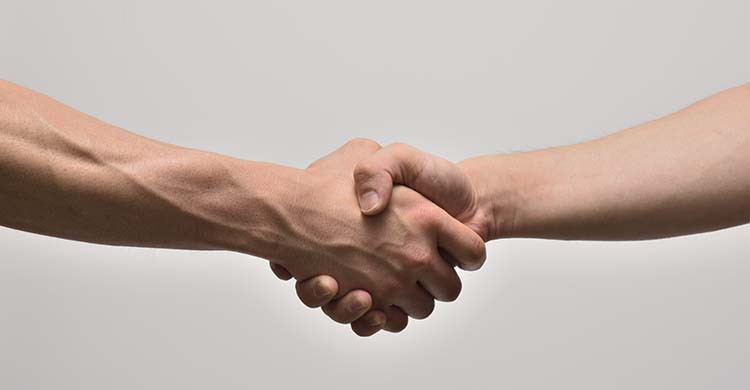 Se serrer la main (iStock)