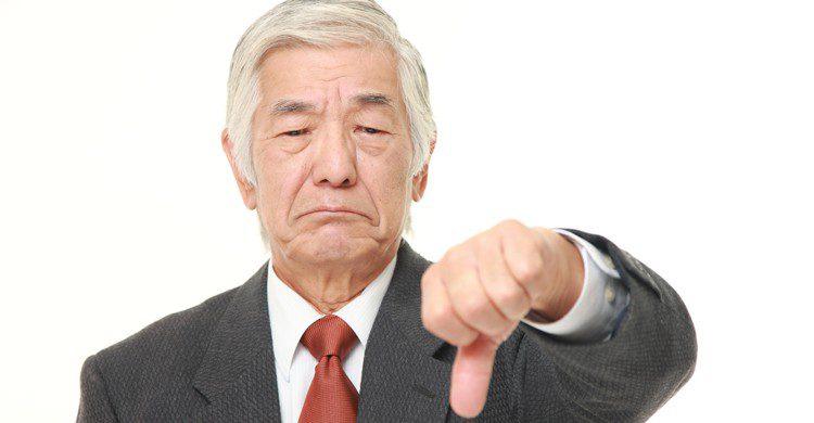Homme âgé pointant le pouce vers le bas (Istock)