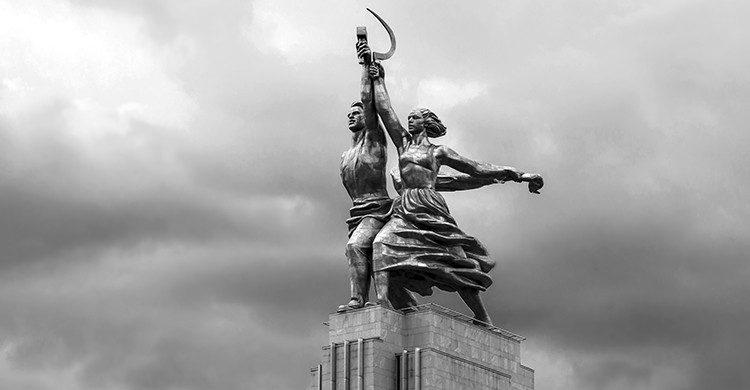 Statue avec la paysanne et l'ouvrier (Istock)