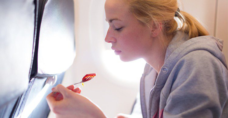 Manger dasn l'avion (Istock)