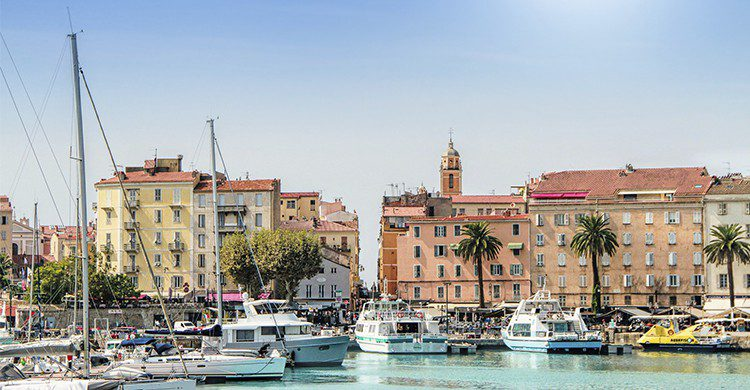Ajaccio, Corse vue sur le port (Istock)