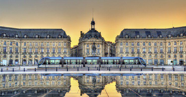 Bordeaux, Place de la Bourse avec le passage du tram (Istock)