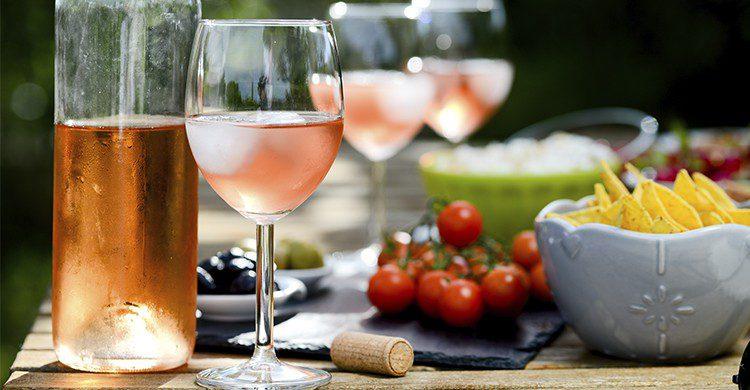 Verres remplis de rosé sur une table lors de l'apéro (Istock)